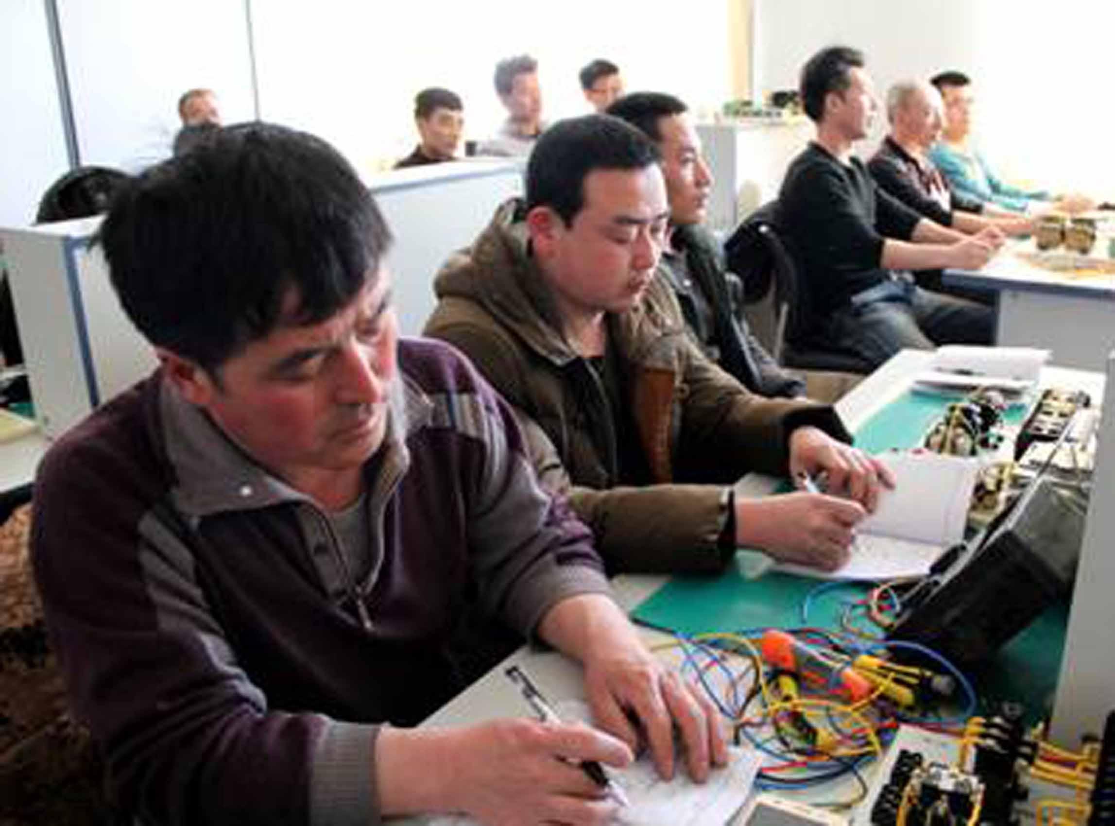 短期培训电工、电焊专业开班