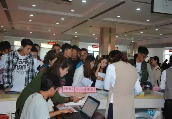 岷县成功举办2017年引导普通高校毕业生到企业服务双向对接专场招聘会
