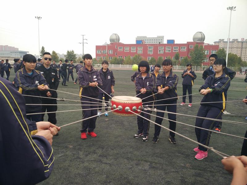 襄汾县职教中心对学生进行心防工程拓展培训