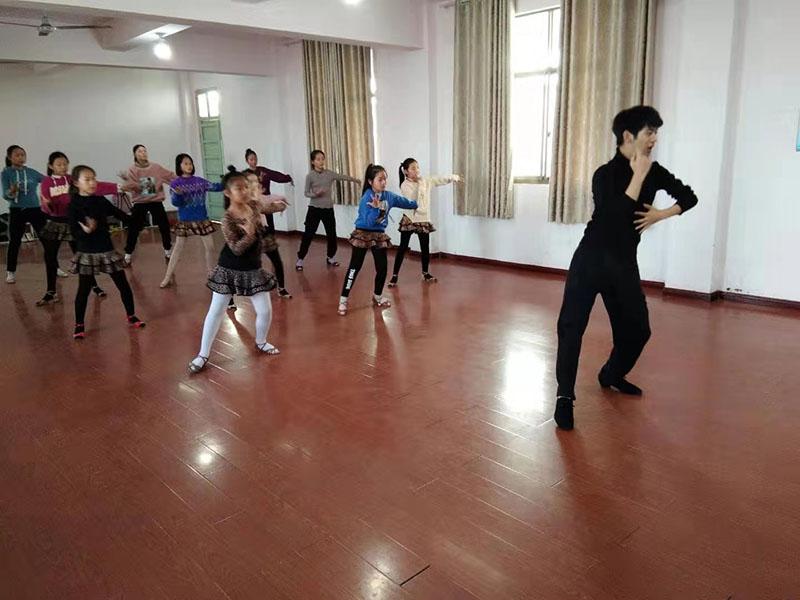 丹阳市丹北镇社区教育中心举办拉丁舞培训班