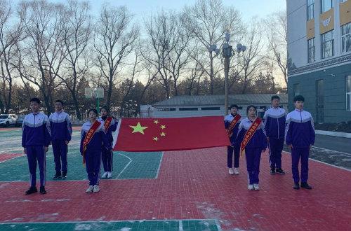 绥棱县职业技术学校举行新学期升国旗暨学雷锋主题实践活动启动仪式